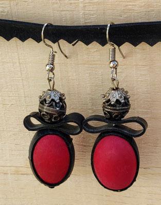 Boucle d'oreille pendentif ornée de chambre à air composée d'une perle en bois rouge et et d'une perle en métal.