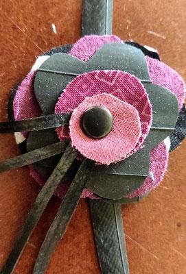 fleur de botte ou bracelet dans les tons fushia et mauve.