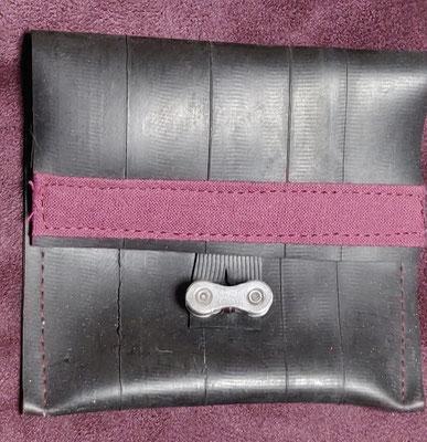 porte monnaie en chambre à air de vélo décoré de tissu prune et fermé par un maillon de chaine