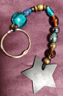 porte clé étoile en perles de couleur bleu et marron.