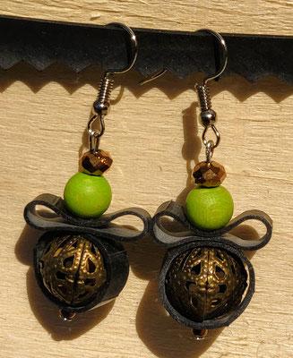 Boucle d'oreille pendentif ornée de chambre à air composée d'un mélange de perles dans les tons vert et d'une perle en métal.
