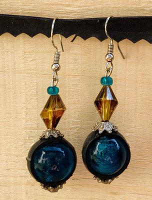 Boucle d'oreille pendentif ornée de chambre à air composée d'un mélange de perles dans les tons bleu et jaune.