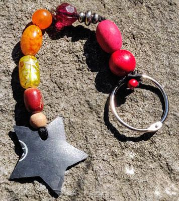 porte clé étoile en perles de couleur rouge, orange et jaune.