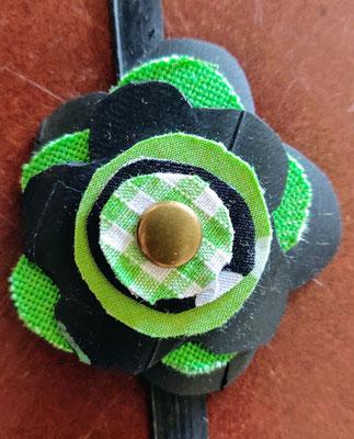 fleur de botte ou bracelet dans les tons verts.