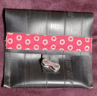 porte monnaie en chambre à air de vélo décoré de tissu rouge à motifs blancs et fermé par un maillon de chaine