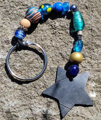 porte clé étoile en perles de couleur bleue.