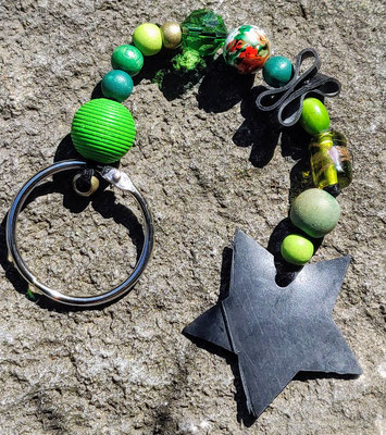 porte clé étoile en perles de couleur verte.