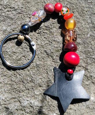 porte clé étoile en perles de couleur rouge et orange.