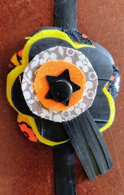 fleur de botte ou bracelet dans les tons jaune et orange.