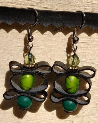 Boucle d'oreille pendentif ornée de chambre à air composée d'un mélange de perles dans les tons verts.