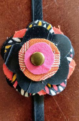 fleur de botte ou bracelet dans les tons rouge, orange et fushia.