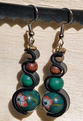 Boucle d'oreille pendentif ornée de chambre à air composée d'un mélange de perles dans les tons vert et bois.