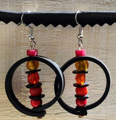 Boucle d'oreille pendentif ornée d'un cercle de chambre à air composée d'un mélange de perles aux tons rouge, orange et jaune.