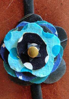fleur de botte ou bracelet dans les tons bleu.