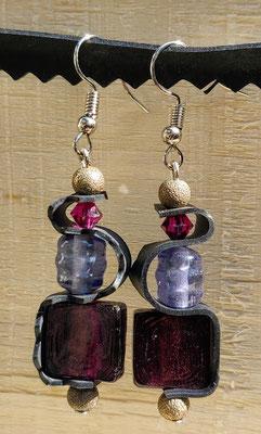 Boucle d'oreille pendentif ornée de chambre à air composée d'un mélange de perles dans les tons prune et mauve.