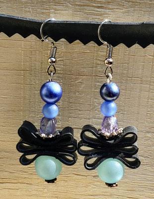 Boucle d'oreille pendentif ornée de chambre à air composée d'un mélange de perles dans les tons bleus.