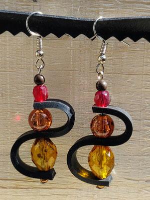 Boucle d'oreille pendentif ornée d'une vague de chambre à air composée d'un mélange de perles aux tons rouge, orange et jaune.