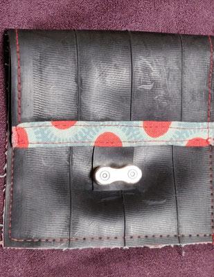 porte monnaie en chambre à air de vélo décoré de tissu vert d'eau à pois rouges et fermé par un maillon de chaine