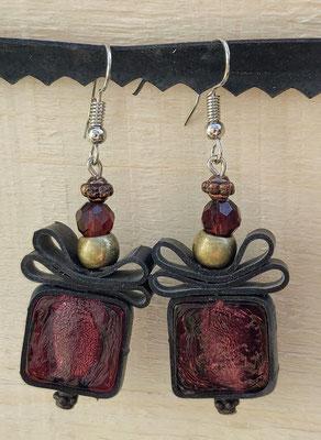 Boucle d'oreille pendentif ornée de chambre à air composée d'un mélange de perles dans les tons prune et or.