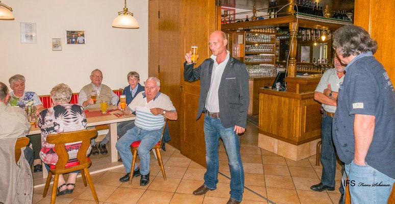 Die Brauerei Trojan lud zu einem gemeinsamen Abendessen, Hr. Jörg Surböck (Brauerei Schrems) spricht eine Toast aus.