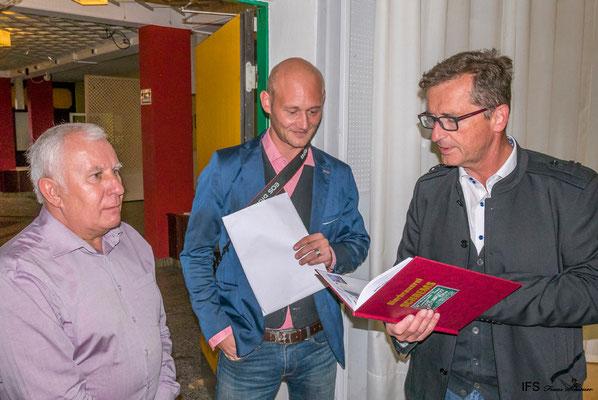 Obmann Walter Pruckner bedankt sich bei Dipl. Ing. Karl Theodor Trojan für die Unterstützung des Tauschtreffens.