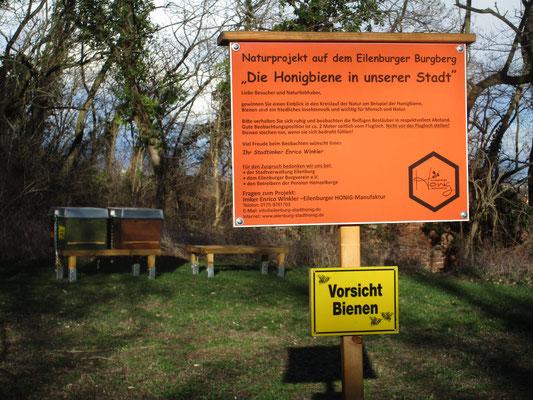 Eine Infotafel mit Warnschild kennzeichnet den neuen Bienenstandort.