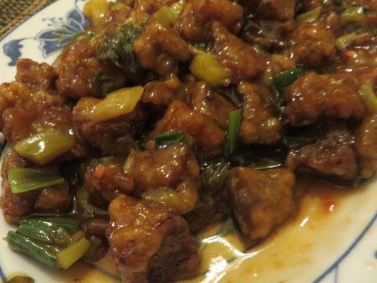 Gebratener Tofu mit Lauchzwiebeln in pikanter Soße