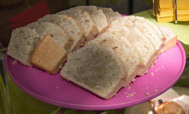 Kokoskuchen, der Klassiker, in ca. 5 Minuten zusammengerührt und dann ab in den Ofen - einfacher geht Kuchen nun wirklich nicht! Leckerer auch nicht, wenn man Kokos-Fan ist.