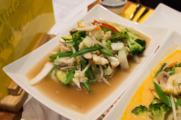 Pat Pag Nammanheu (gebratenes Gemüse, mit Sojasoße statt Austernsoße)