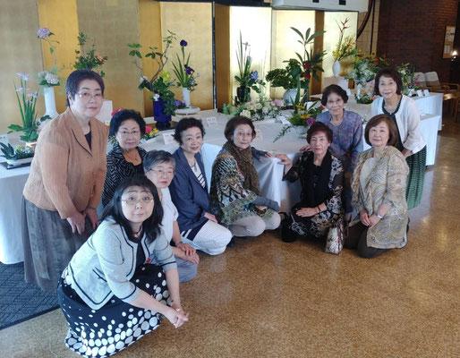 札幌支部の横井支部長と副支部長が応援に駆け付け、地域で活躍する専門教授者の先生方と一緒に記念撮影です。中心となり奮闘された先生方、お疲れさまでした。