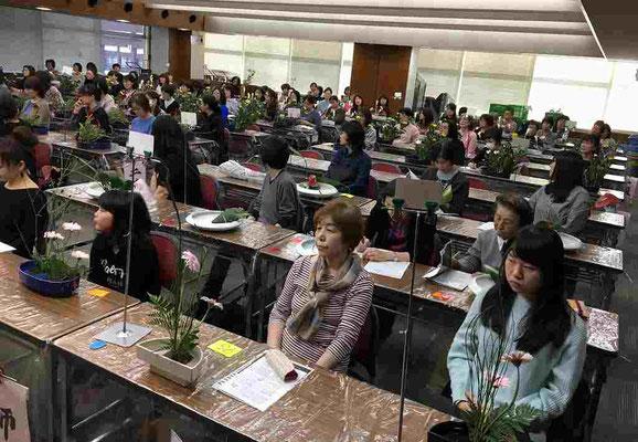 一時間目。鈴木先生の講評に真剣に耳を傾ける参加者のみなさま。