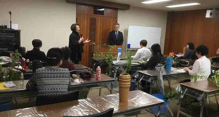 4/29 札幌支部 支部長 横井先生から紹介される金森副院長。