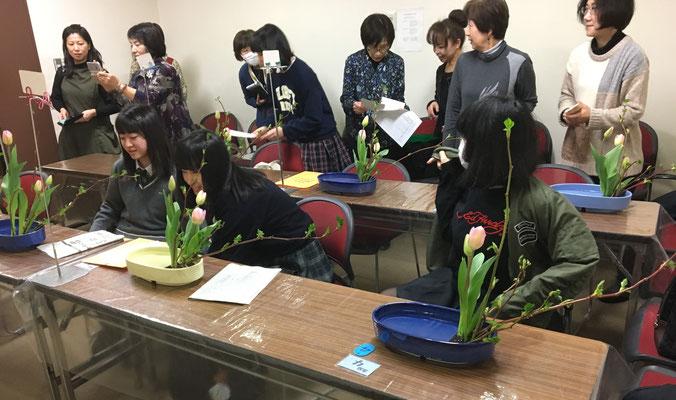 別の会場では、進級講習会が開催され、盛花(傾斜型)をいけました。今回の参加者は7名でした。全員の進級、おめでとうございます。