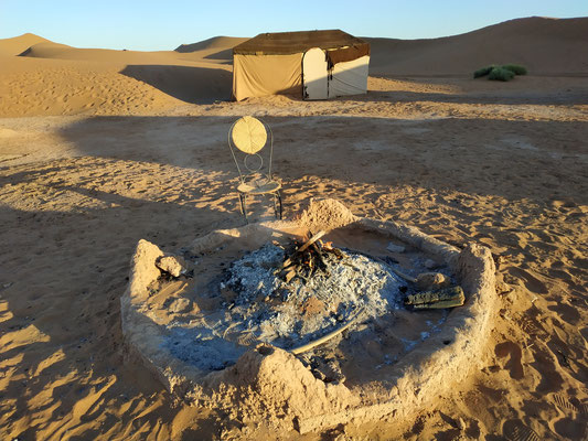 Bivouac al pie de las grandes dunas de Chegaga