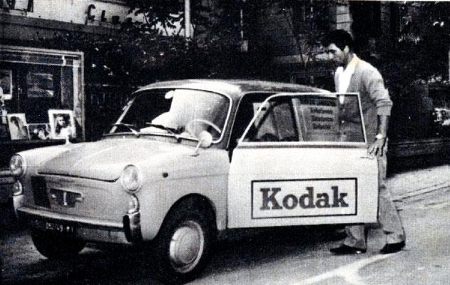 La macchina Kodak davanti alla vetrinetta di Carlo Baffoni per il primo ritiro di pellicole. 14-3-1967
