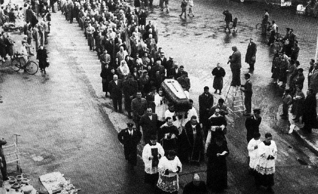 Corteo funebre-il fotografo Carlo Baffoni, sopra la scala a libretto - cortesia collez. Pino Perotti