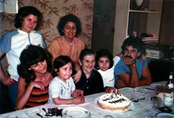 """La simpatica """"nonna Jole"""" moglie del fotografo Carlo Baffoni, qui  festeggiata dai nipotini  - cortesia collez. Pino Perotti"""