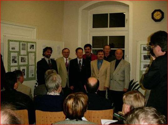 Unser stellvertretender Vorsitzende Karl-Heinz Glaser fotografiert die soeben ausgezeichneten Mitglieder.