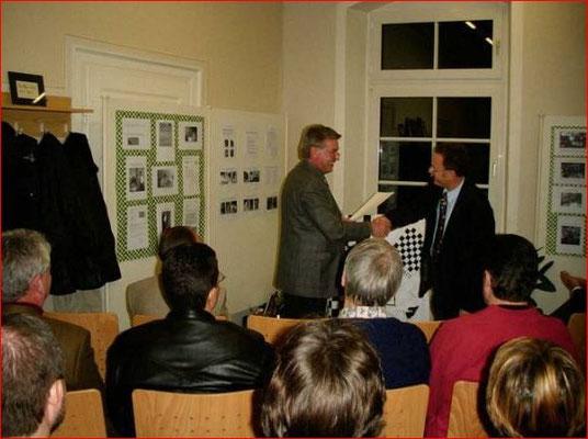 Der 2004 viel zu früh verstorbene Bürgermeister Horst Kochendörfer gratuliert zum Jubiläum.