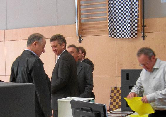 Bürgermeister Hintermayer führt die Ehrungen durch.