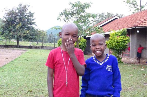 Zwei Jungen aus der 1. Klasse