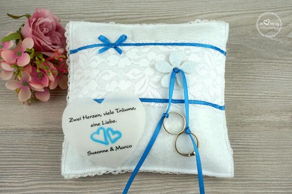 Ringkissen Filz Weiß Satinband Blau, Herz aus Pergamentpapier Design Aquarellherzen Blau