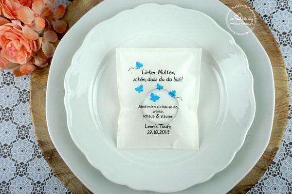 """Licht-Botschaft zur Taufe """"Verpackung als Platzkarte"""", Design Schmetterlinge blau, Schrift Julius B Thyssen"""