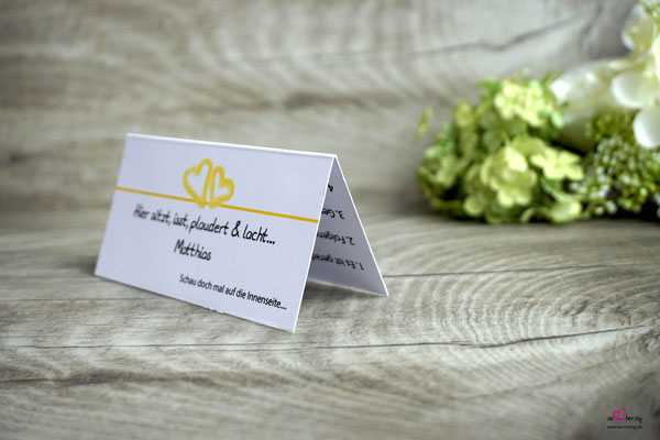 Platzkarte mit Spiel auf der Rückseite, Design Aquarellherzen Gelb, Seitenansicht
