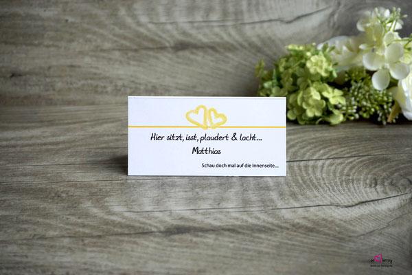 Platzkarte mit Spiel auf der Rückseite, Design Aquarellherzen Gelb