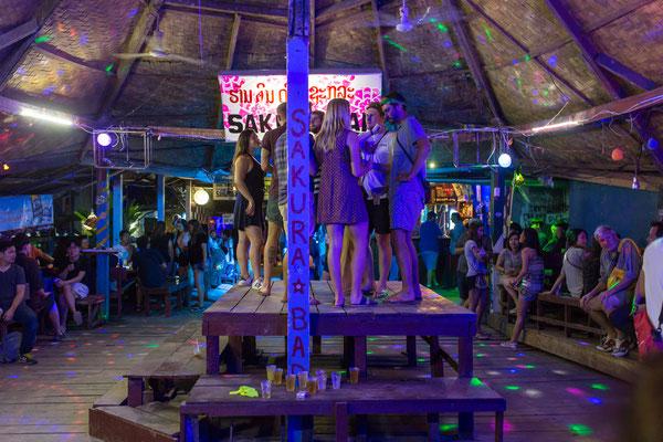 Rucksacktouristen in einer Bar in Vang Vieng