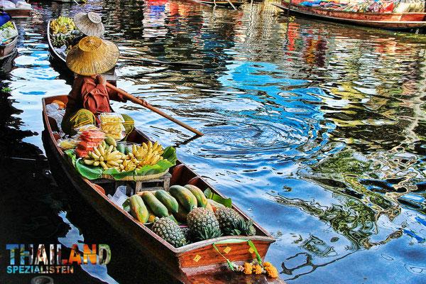 Swimmender Markt - eine beliebte Sehenswürdigkeit in der Nähe von Bangkok, in Ratchaburi.