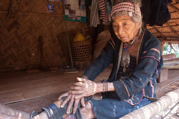Alte Frau der ethnischen Gruppe Akha