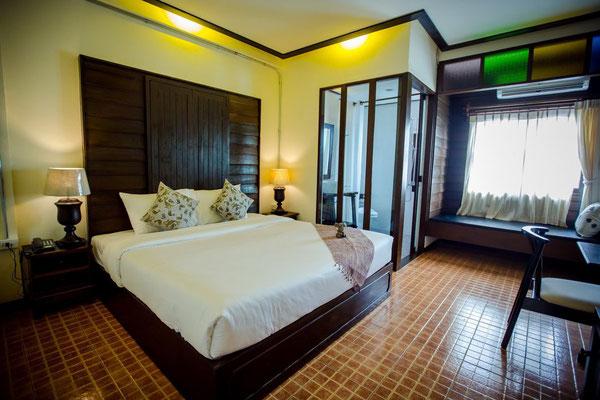 Kampaeng Ngam Hotel - Sauberes, zentral gelegendes Stadt-Hotel. Hier die Zimmerkategorie Superior - natürlich können wir auf Delxue upgraden oder ein ganz anderes Hotel für Sie einplanen.