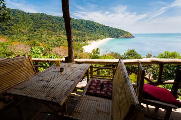In einem typischen Insel-Bamboo-Cafe sitzen und auf das Meer schauen